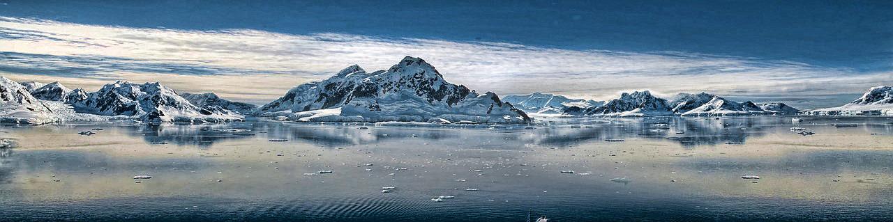 Montagnes et rivière gelée